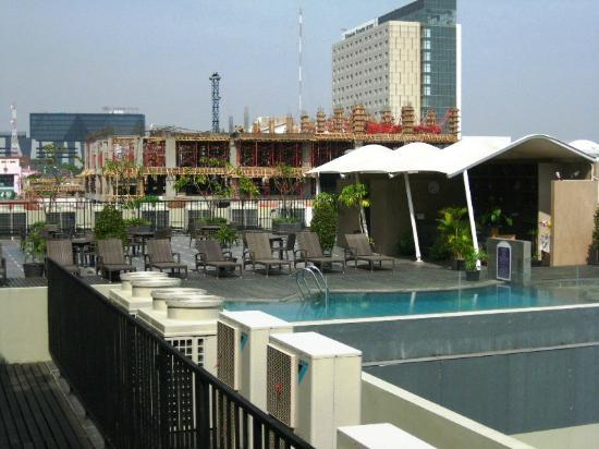 Quest Hotel Semarang: Pool Area