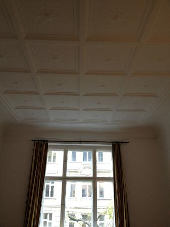 Kima Hotel: The ceiling is about 3.5 m high