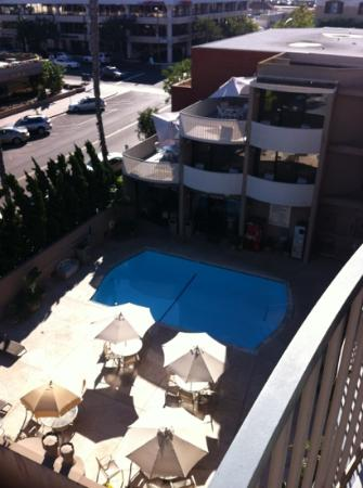 BEST WESTERN PLUS Inn by the Sea: pool and breakfast area