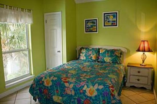 Nantucket Rainbow Cottages: Bedroom had a really confortable mattress