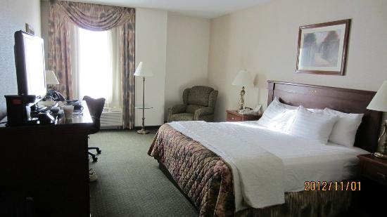 Drury Inn & Suites Dayton North: King room.
