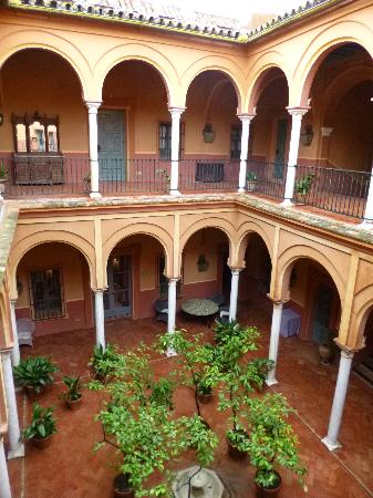 Casa Palacio Casa de Carmona: interior courtyard