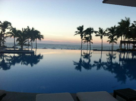 Dreams Los Cabos Suites Golf Resort & Spa: View from the lobby of the morning Sunrise
