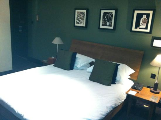 Hotel du Vin & Bistro: Good bed. Boring artwork.
