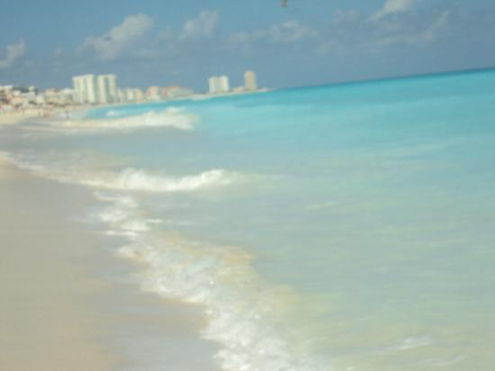 Live Aqua Cancun All Inclusive: Looking down hotel zone on beach