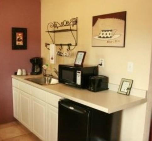 Spring Waters Inn: Rooms include kitchenettes with refrigerators, microwaves, coffe pots and toasters