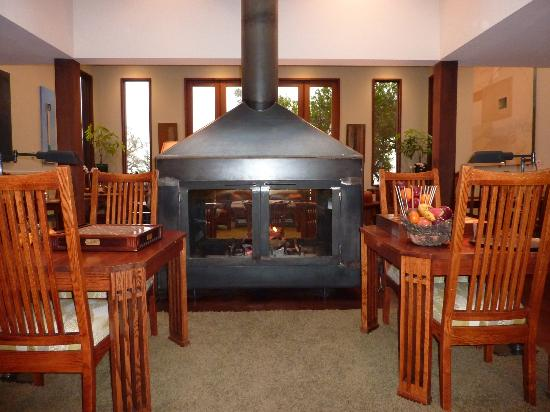 Brewery Gulch Inn: Fireplace in common area of BGI
