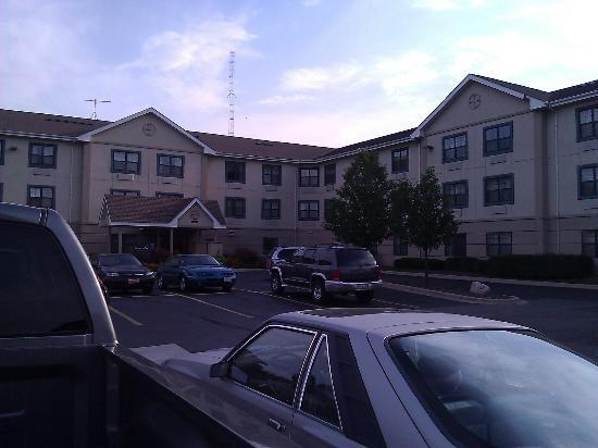 Extended Stay America - Chicago - Itasca: Parking lot looking at the main entrance.