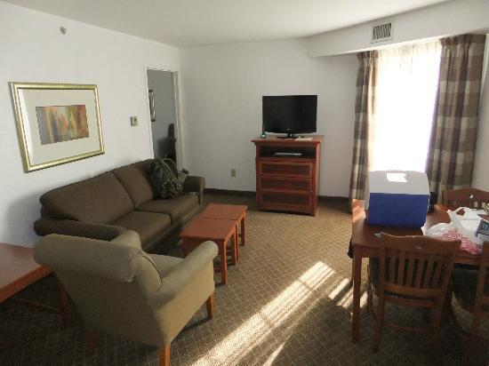Staybridge Suites Philadelphia - Mt Laurel: living room with flat-tv