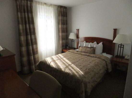 Staybridge Suites Philadelphia - Mt Laurel: bedroom with queen-size bed