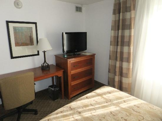Staybridge Suites Philadelphia - Mt Laurel: bedroom with queen-size bed and flat-tv