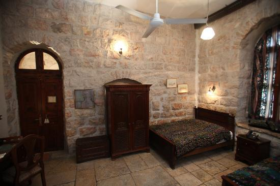 Jerusalem Hotel: Old stone inside the rooms