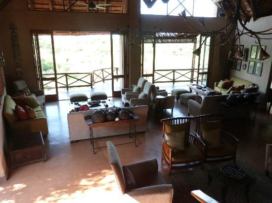 Lukimbi Safari Lodge: Common room