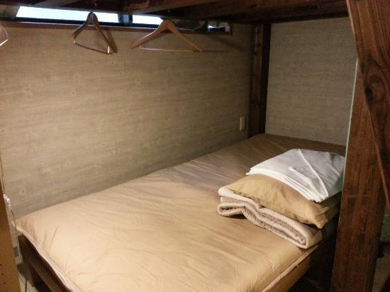 Kyoto Hana Hostel: The bed and hangers