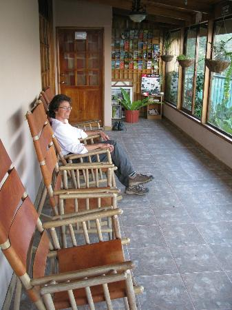 Camino Verde Bed & Breakfast Monteverde: Sitting area outside the rooms with private baths, view of Gulf