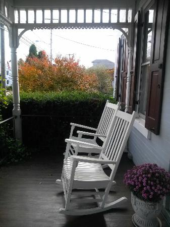 Artist's Inn and Gallery: Front porch