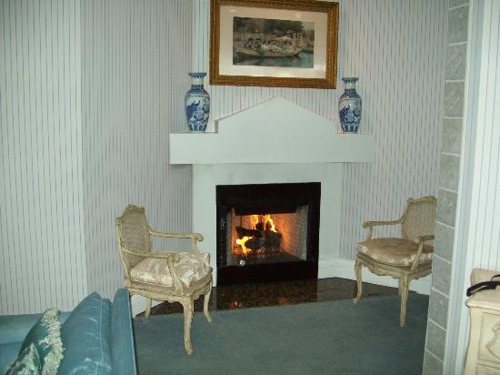 Christopher&#39;s Inn: Fireplace, very nice