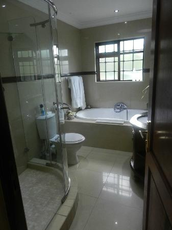 The Oasis Luxury Guest House: Great tub and shower