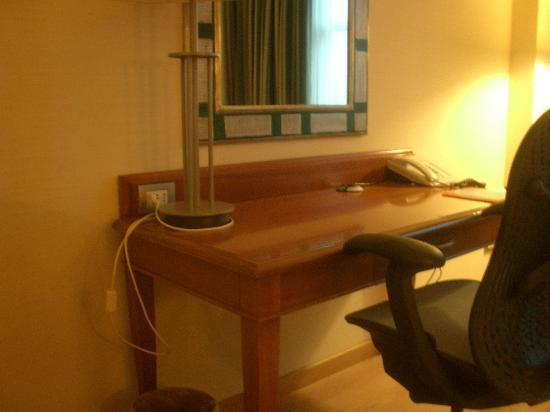 Hilton Rome Airport Hotel: The desk in the room.