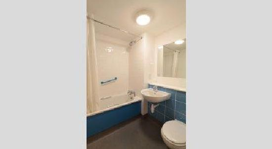 Travelodge Birmingham Central Broadway Plaza Hotel: Family Bathroom