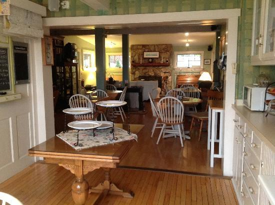 Greenleaf Inn at Boothbay Harbor: LivingRoom and Breakfast Area