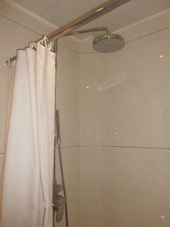 Hotel du Roi Rene: Shower (toilet was very clean)