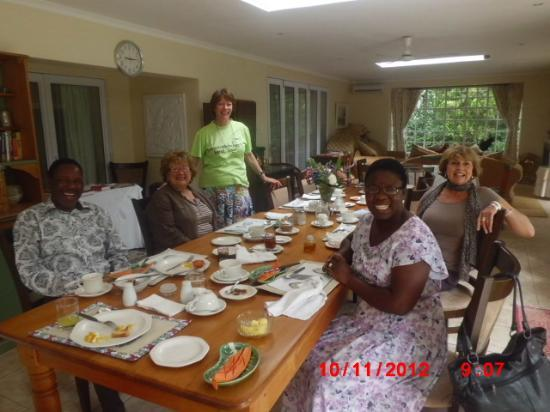 Rutland House Bed & Breakfast: My family enjoying breakfast with other guest. Delia (in green T-shirt) overlooking