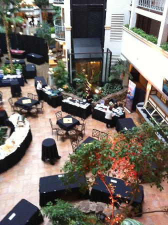 Embassy Suites Denver - Southeast: Atrium of the hotel our trade show
