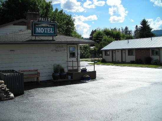 Thompson Falls, มอนแทนา: Freshly sealed driveway makes the motel shine.
