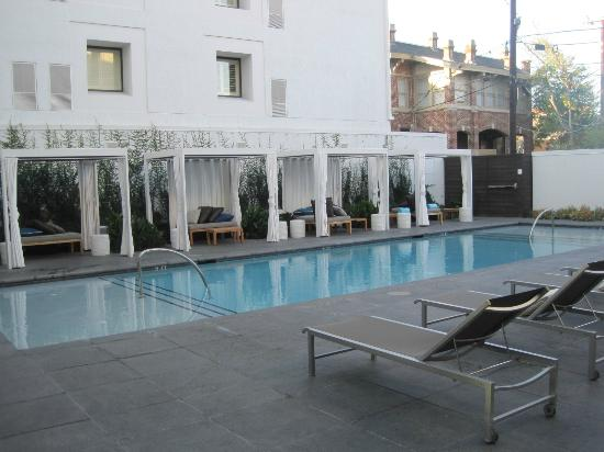 Hotel Lumen - a Kimpton Hotel: Cool pool with wonderful private areas for relaxing