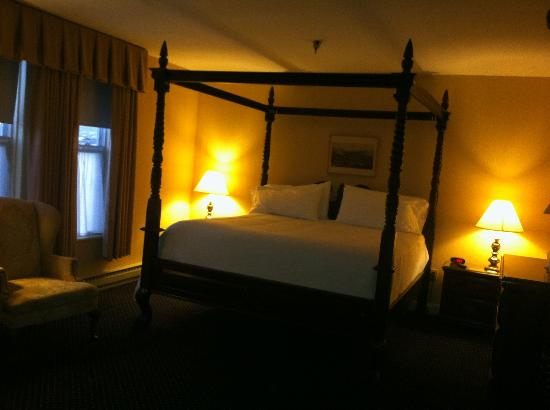 The Inn at Saratoga: Four post bed <3 amazing!