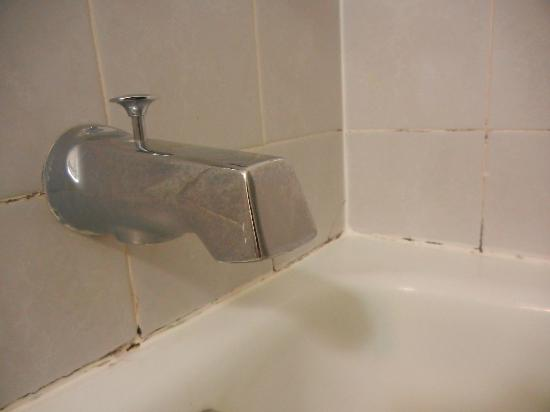 Duke of York Motel: bathtub feels old