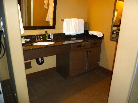 Spirit Ridge Vineyard Resort & Spa: Vanity in Bathroom