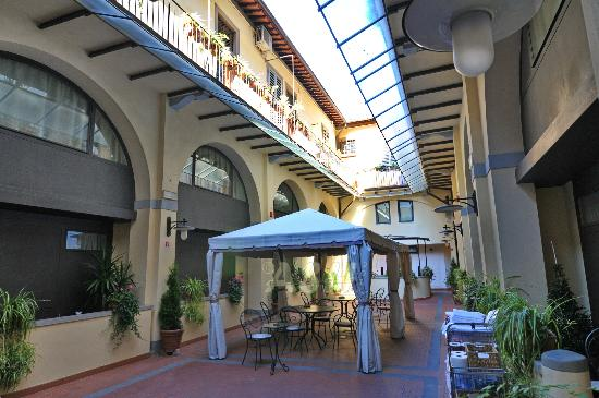 Residence La Contessina: Internal open ceiling courtyard, with gazebos to relax.