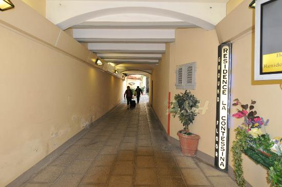 Residence La Contessina: Street side corridor to the internal entrance (very quiet)