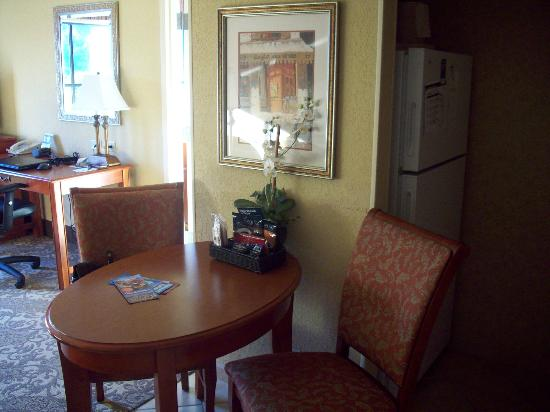 Homewood Suites by Hilton Asheville- Tunnel Road: Breakfast area of King Suite