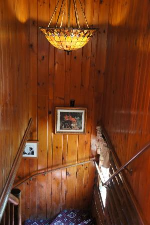 Garnet Hill Lodge: Hallway to downstairs