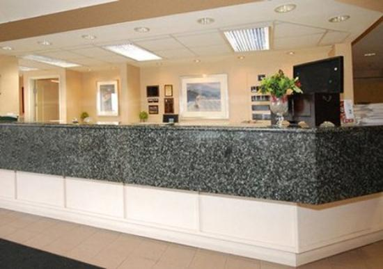 Quality Inn Kennewick: Front Desk