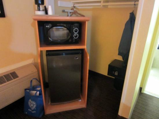 Anaheim Islander Inn and Suites: refrigerator, microwave, safe (back of closet) & coffee maker