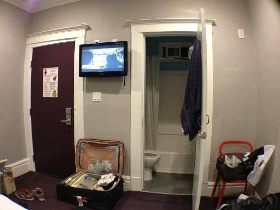 USA Hostels San Francisco: bathroom, entrance, tv