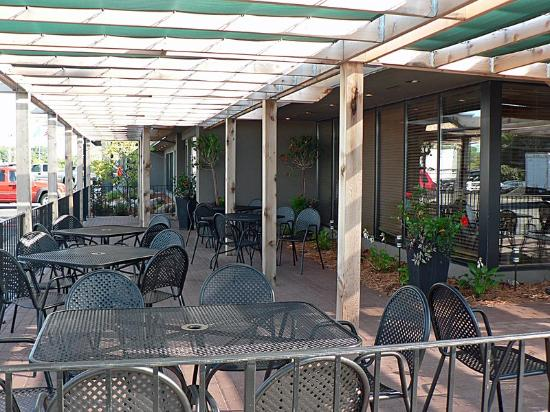 Country Inn Woodbury: Green Mill Patio
