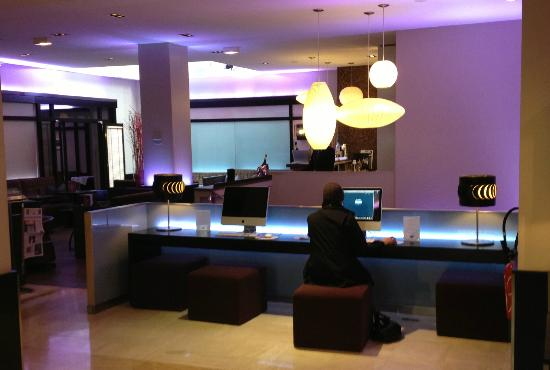 Bel-Ami Hotel: Macs everywhere