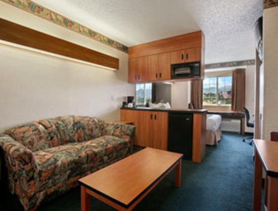 Microtel Inn & Suites by Wyndham Colorado Springs: Suite