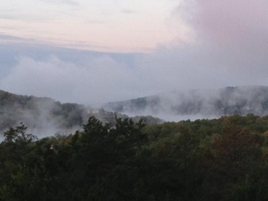 Big Cedar Lodge: Morning view of Tablerock Lake, clouds looks like smoke over the lake