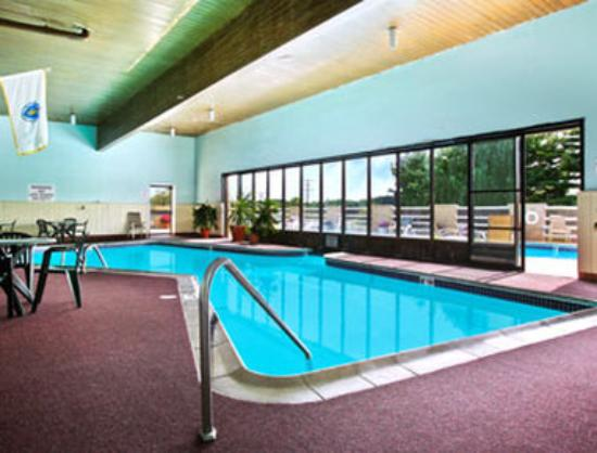 Ramada Inn at Bradley International Airport: Indoor Pool