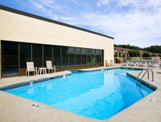 Ramada Inn at Bradley International Airport: Outdoor Pool