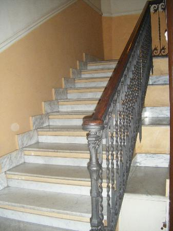 Residenza Ki Rome: Beautiful marble staircase