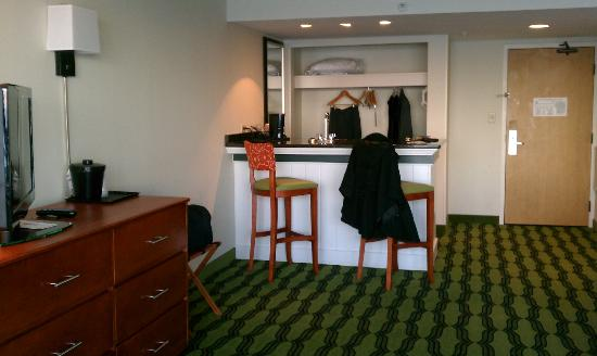 Holiday Inn Oceanside - Virginia Beach (21st): 11th floor suite