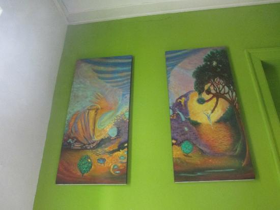 Kaminu Backpackers Hostel: Nice paintings in the whole place