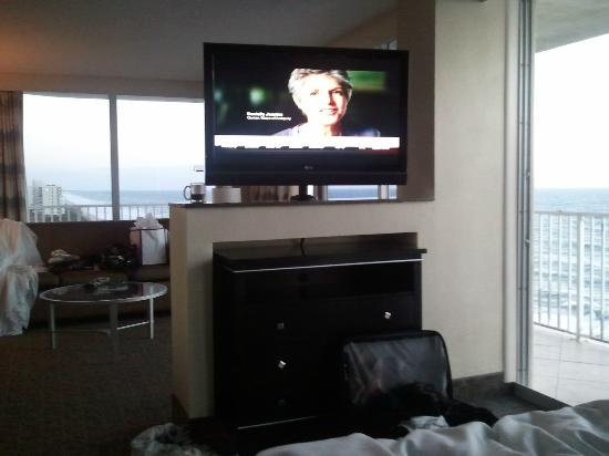 Radisson Suite Hotel Oceanfront: Huge swivel TV between bed and living room